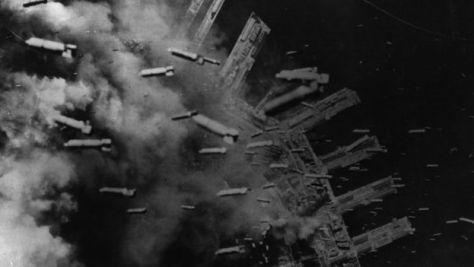 1945年に神戸を空襲する米軍のB29爆撃機