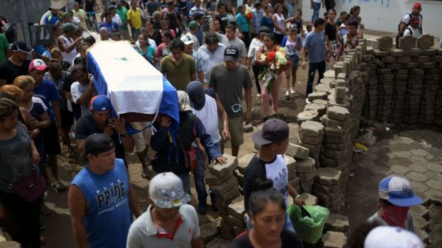 Un entierro en medio de las protestas en Nicaragua.