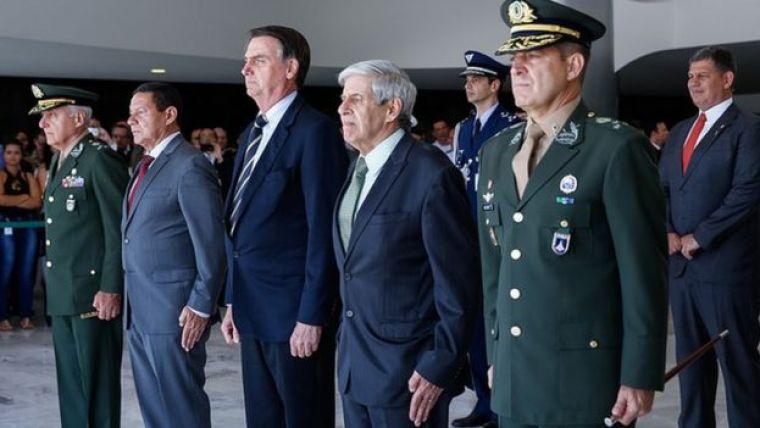 Bolsonaro com militares