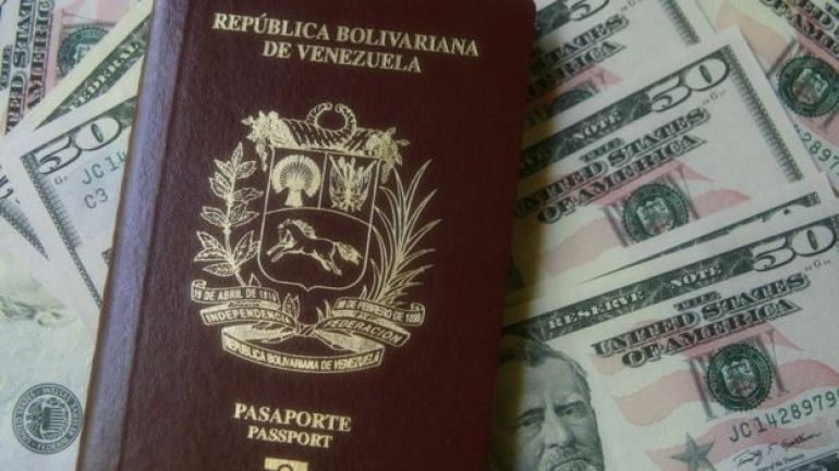 Pasaporte de Venezuela con billetes de dólar
