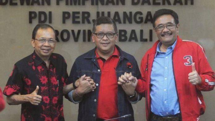 Sekjen PDI Perjuangan Hasto Kristiyanto (tengah), Ketua DPP PDI Perjuangan Djarot Saiful Hidayat (kanan) dan Ketua DPD PDI Perjuangan Provinsi Bali Wayan Koster (kiri) berfoto usai melakukan rapat persiapan Kongres V PDIP di Denpasar, Bali, Jumat (02/08/2019).