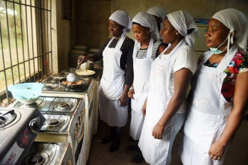 Abagore bariko bigishwa guteka, mukigo cigenga c'i Benin, muri Nijeriya