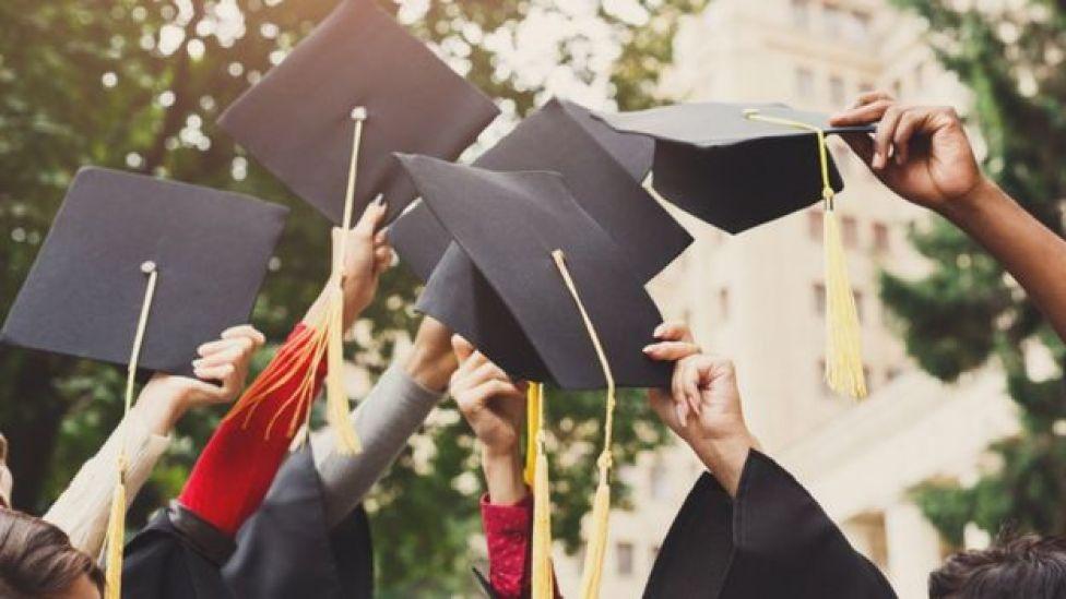 Gente graduándose.