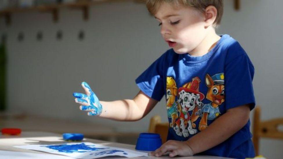 Un nene con las manos manchadas.