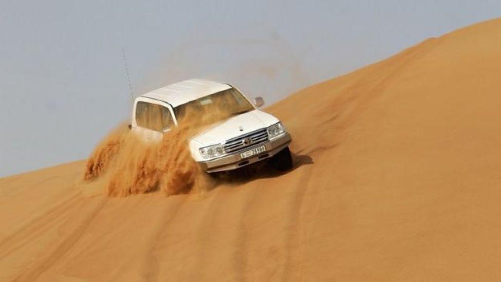 Una camioneta en una duna