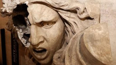 Una estatua rota en el Arco del Triunfo