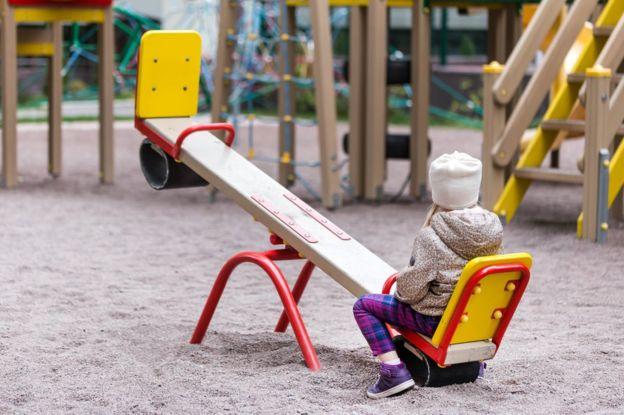 Criança sozinha no parquinho