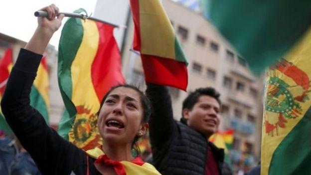 Bolivianos comemoram renúncia de Morales