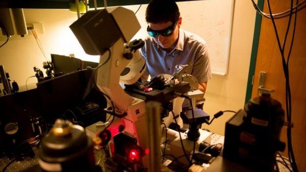 Científico trabajando en el MIT.
