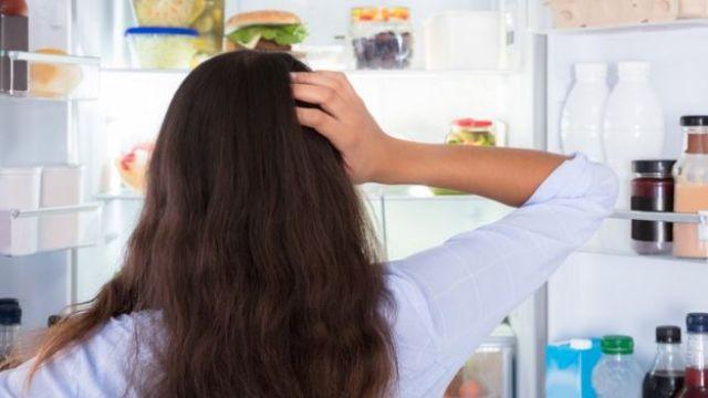 mulher pensando em comida