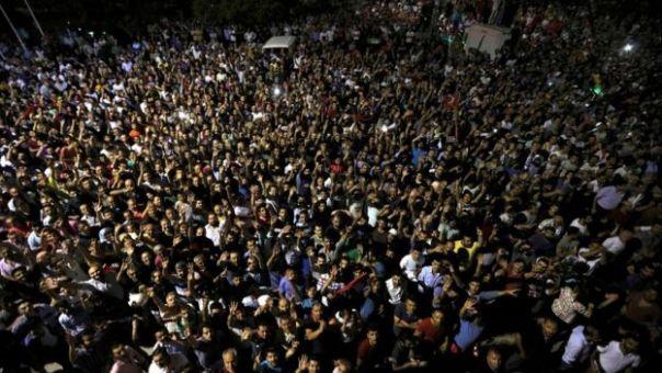 Decenas de personas salieron a la calle en Estambul para rechazar lo que el presidente Erdogan denunció como un