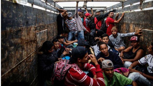 Miles de venezolanos emigran por América del Sur en condiciones precarias.