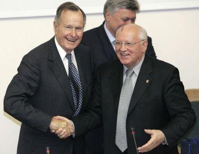 George H. W. Bush y Mijaíl Gorbachov dándose la mano.