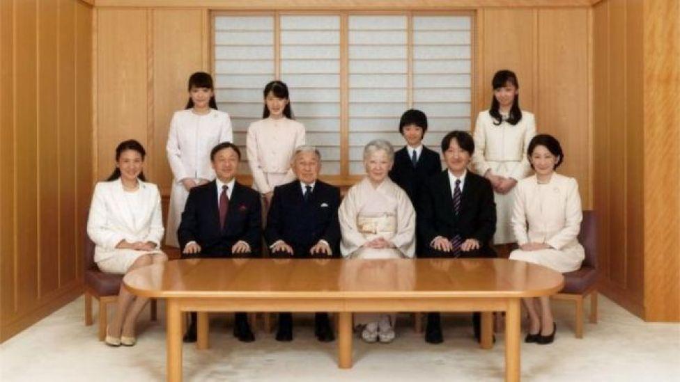 El emperador Akihito con parte de la familia real.