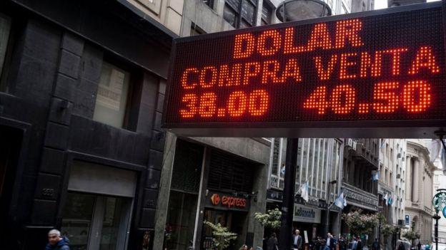 Tablero con cotización del dólar