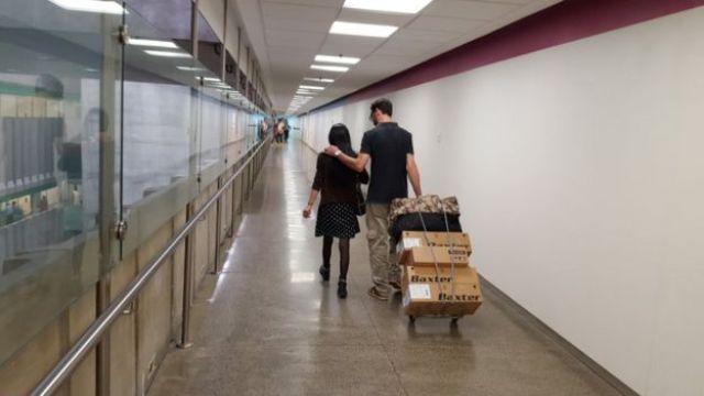 Mônica e Oscar caminham em corredor do Hospital das Clínicas