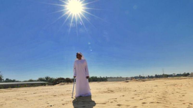Faisal Al Shimmari sob o sol do deserto