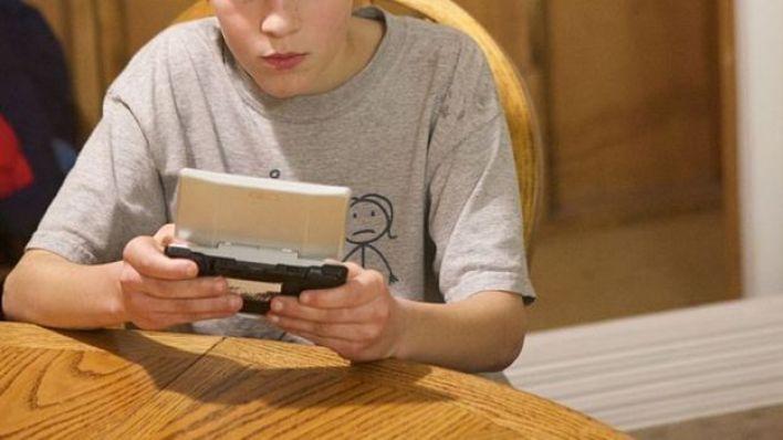 صبي يلعب إحدة ألعاب الفيديو