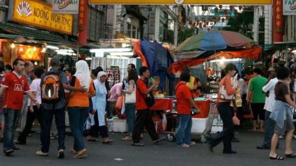 متسوقون في أحد شوارع كوالالمبور بماليزيا