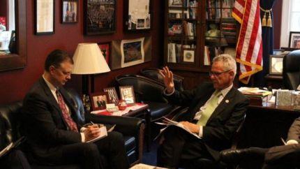 Dân biểu Alan Lowenthal (phải) trong một lần làm việc trao đổi với Đại sứ Hoa Kỳ tại Việt Nam Daniel Kritenbrink