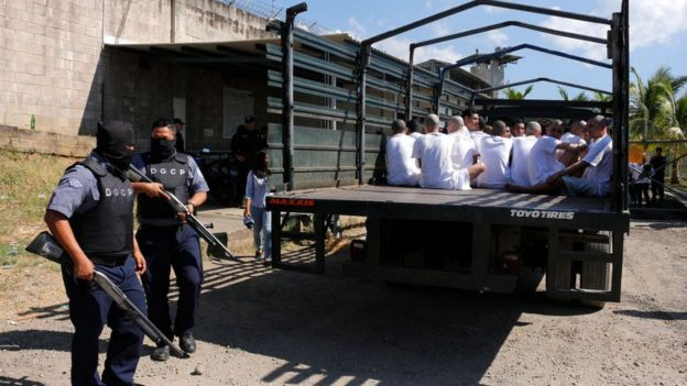 Presos trasladados por fuerzas de seguridad de El Salvador.