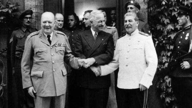 Winston Churchill, Harry Truman ve Joseph Stalin'in üçlü el sıkışması.