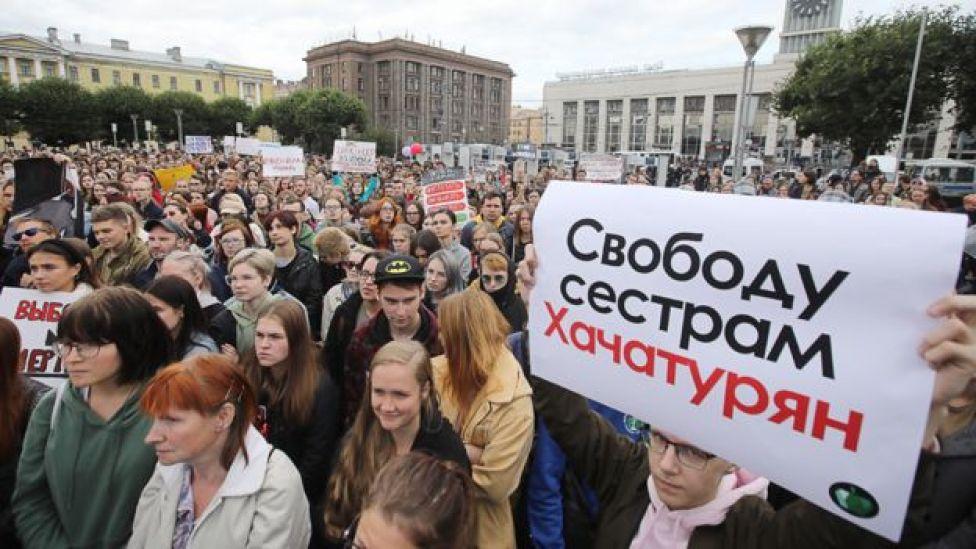 Bannaan bax ka dhacay magaalada St Petersburg oo lagu taageerayo hablaha walaalaha ah