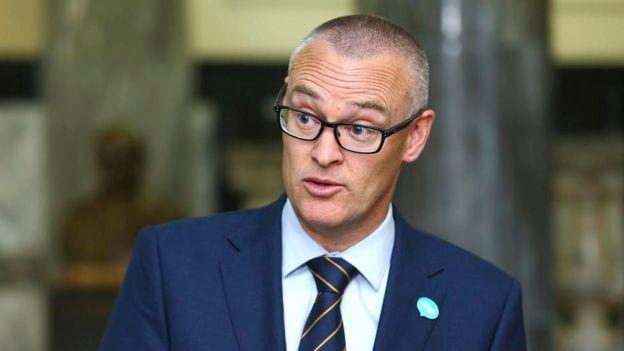 ذهب وزير الصحة النيوزيلندي ديفيد كلارك لحد وصف نفسه بالأحمق بعد أن سافر وأسرته لشاطئ خلال الحظر ما أدى لإحالته لمهام أدنى