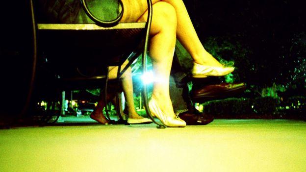 Mujer sentada en un banco de plaza