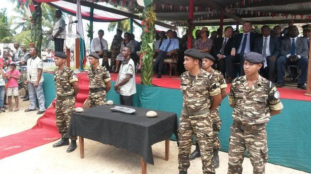 Soldiers guard silver bar in Madagascar 7 May 2015