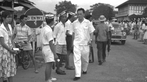 Lee Kuan Yew campaigning in Singapore (July 1958)