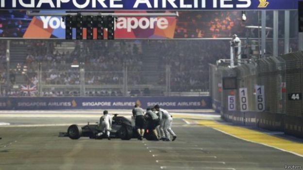 Mobil Nico Rosberg didorong keluar sirkuit sesudah mengalami masalah elektronik.