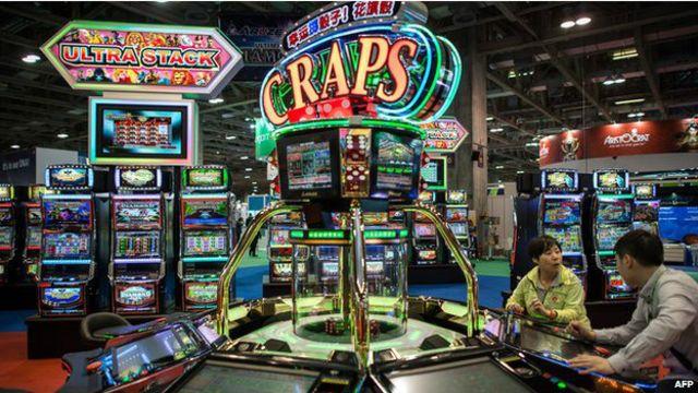 澳門賭場收入出現創紀錄下跌 - BBC News 中文