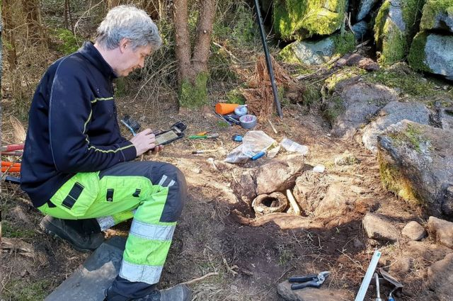 Archaeologist Mats Hellgren working at the site