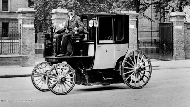 ১৮৯০এর দশকে লন্ডনের রাস্তায় সে যুগের ইলেকট্রিক মোটর ক্যাব