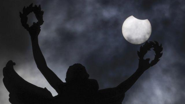 Vista del eclipse solar anular en Bruselas