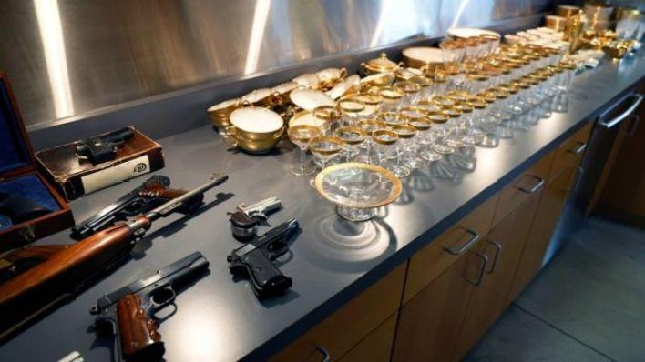 Ünlü gangstere ait diğer silahlar ve bardak takımları da alıcı bulan diğer ürünler arasındaydı
