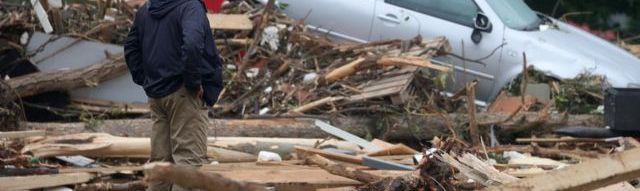 Груды мусора после наводнения в немецком городе Бад-Нойенар-Арвайлер