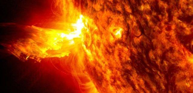 Le Soleil produit un barrage constant de particules à haute énergie, connu sous le nom de vent solaire, qui peut monter et descendre avec l'activité de notre étoile