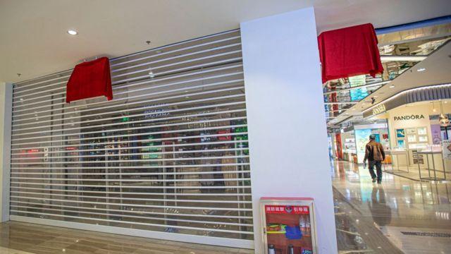 신장 지역 H&M 매장의 문이 닫혀있다