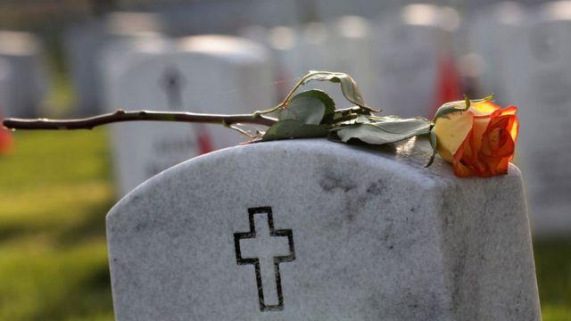 Tumba en el Cementerio Nacional de Arlington, en Virginia, EE.UU.