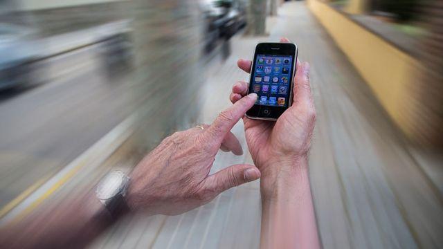Mano sosteniendo un celular.
