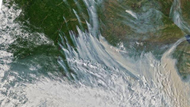 Siberya'daki orman yangınlarının oluşturduğu duman tabakası uzaydan görülebiliyor.