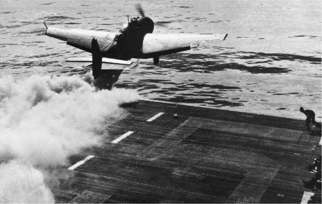 طائرة (غرومان تي بي إف أفينجر) تقلع بمساعدة صاروخ دفع في المحيط الهادئ في الحرب العالمية الثانية