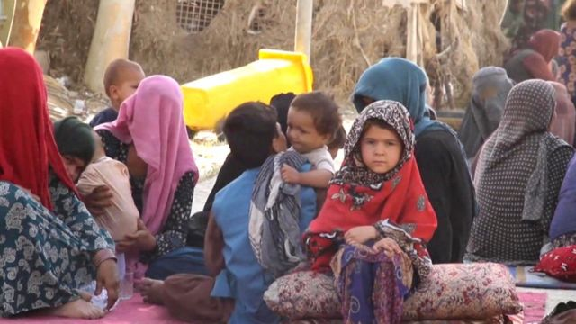 Una niña afgana espera cruzar la frontera en la localidad de Torkham