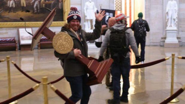 متظاهرون مؤيدون لترامب يقتحمون مبنى الكونغرس الأمريكي. 6 يناير/كانون الثاني 2021