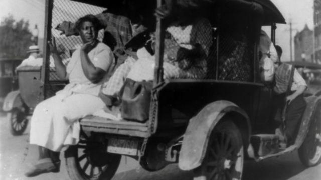 Mujer afroestadounidense en un vehículo en Tulsa Oklahoma, en 1921