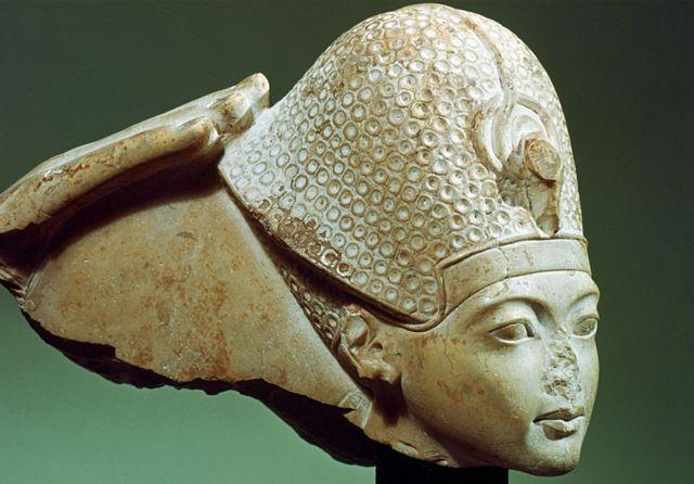Фараон Тутанхамон у лазуровій короні (і без носа), XIV століття до н.е.