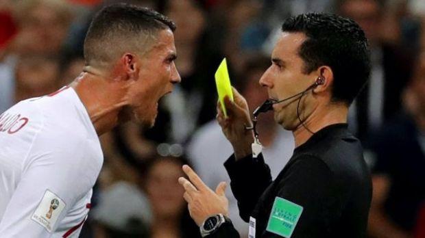 Cristiano Ronaldo gritándole al árbitro César Arturo Ramos durante un partido entre Portugal y Uruguay en Sochi, Rusia, en 2018.