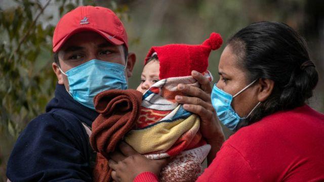 Los solicitantes de asilo mexicanos del estado de Guerrero esperan registrarse en un campamento de migrantes en la frontera entre Estados Unidos y México el 23 de febrero de 2021 en Matamoros, México.